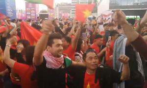 CĐV Jordan ăn mừng cùng người Việt sau trận thua của đội nhà