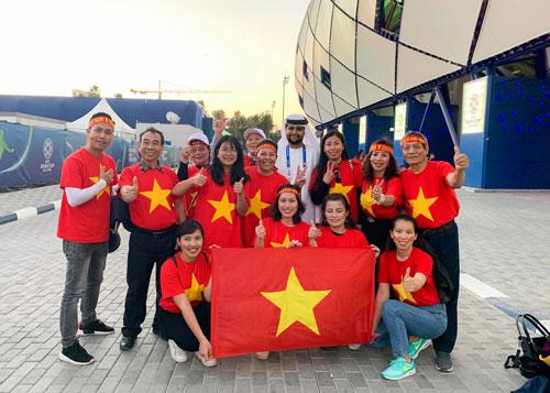 CĐVViệt Nam mặc áo cờ đỏ sao vàng cổ vũ cho thầy trò HLV Park Hang-seo. Ảnh: Vân Jumbo.