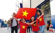 Bạn sang Dubai du lịch, cô gái tranh thủ đưa đi cổ vũ Việt Nam