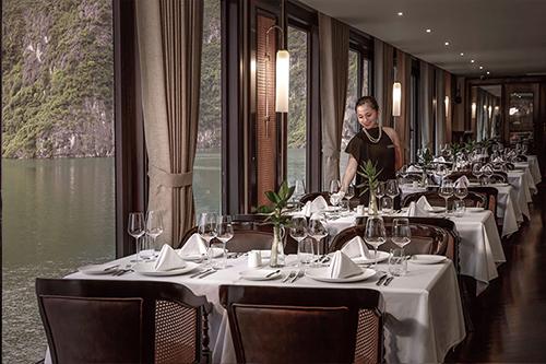Không gian nhà hàng nơi thực khách thưởng thức bữa tối Michelin giữa vịnh Hạ Long.
