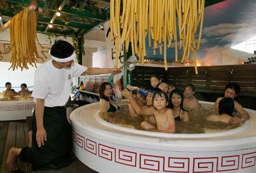 Nhiều người Nhật rất thích tắm trong các bồn tắm bằng nước lẩu có thịt lợn và mỳ ramen. Ảnh: Travel &Leisure.