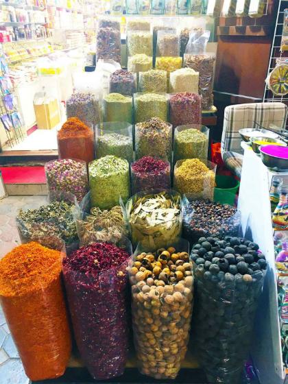 Chợ ở Dubai nổi tiếng với những loại hương liệu và gia vị nhiều màu sắc. Ảnh: Dawn/ANN.