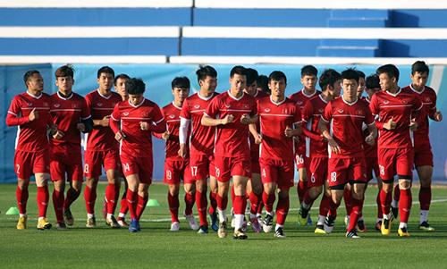 Các cầu thủ chạy khởi động trên sân Humaid Al Tayler - cách không xa sân thi đấu Al-Maktoum. Đây là buổi tập đầu tiên của cả đội sau khi thắng Jordan hôm 20/1. Ảnh: Anh Khoa.