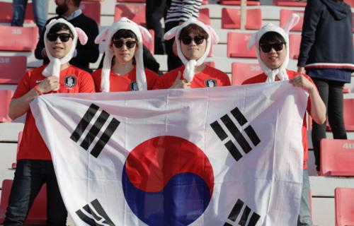 Người hâm mộ Hàn Quốc tới sân vận động Al-Rashid theo dõi trận đấu vòng 1/8. Ảnh:AFC.