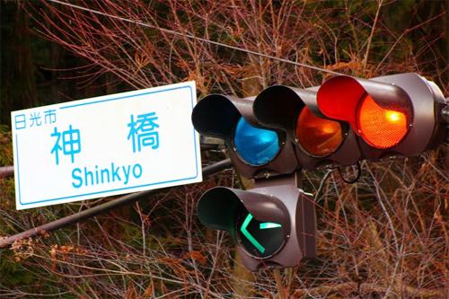 Đèn giao thông ở một số nơi có màu xanh lục, không phải xanh lá cây như ở các nước khác. Ảnh: Amazon.