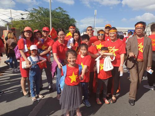 Đoàn cổ động viên Việt Nam đi cổ vũ đội tuyển tại sân Al Maktoum. Chị Nga đứng thứ 3 từ phải sang. Ảnh: NVCC.