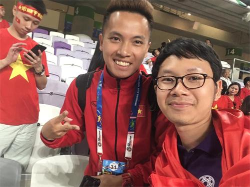 Anh Thế Tâm và nhà vô địch bóng đá nghệ thuật châu Á Đỗ Kim Phúc cổ vũ cho đội tuyển Việt Nam tại Asian Cup.
