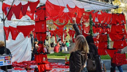 Gần cuối năm, người dân Mexico đổ đi mua đồ lót mới màu đỏ rất đông. Ảnh: Galla Seelenfluegel.