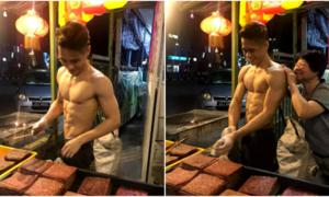 Chàng trai Malaysia bán bò khô đắt hàng nhờ cởi trần nướng thịt