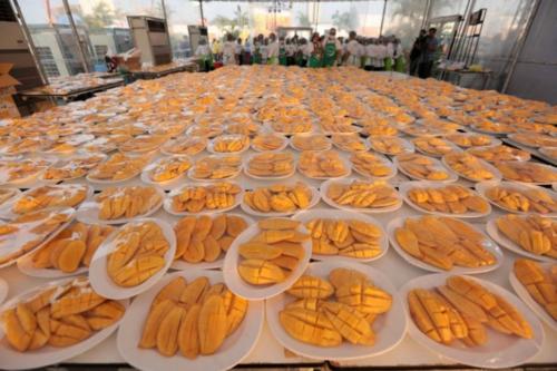 Hàng nghìn đĩa xoài được gọt cắt sẵn để phục vụ khách. Ảnh:Facebook.