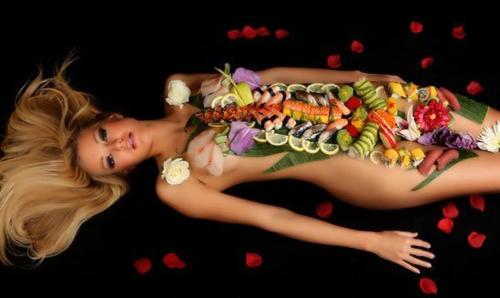 Người mẫu phải khỏa thân nằm trong phòng tiệc khi nhiệt độ chỉ vào khoảng 15-20 độ C. Bù lại, thu nhập của họ cao. Ảnh: Pinterest.
