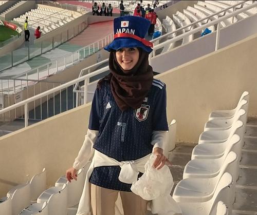 CĐV Nhật Bản dọn khán đài sau trận đội nhà gặp Arab Saudi ngày 21/1. Ảnh: Hirokazu Tsunoda.