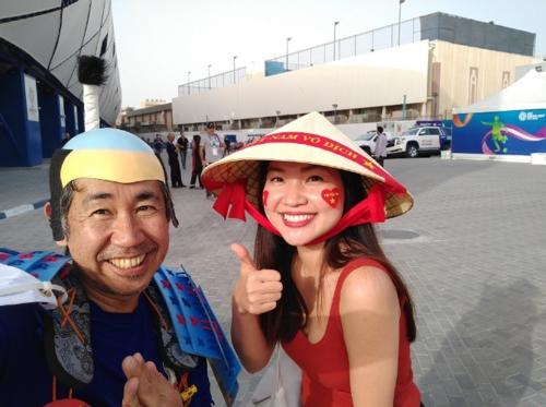 Hirokazu Tsunoda chụp ảnh lưu niệm cùng người hâm mộ Việt Nam. Ảnh:NVCC.
