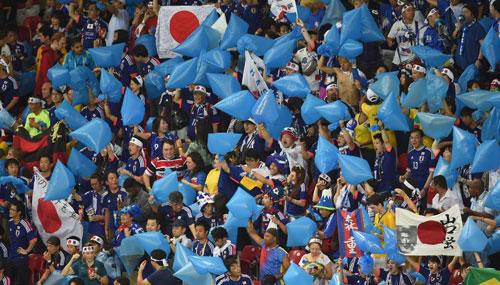 Fan Nhật sử dụng túi nylon màu xanh để gây sự chú ý trên khán đài. Ảnh: Sportskeeda.