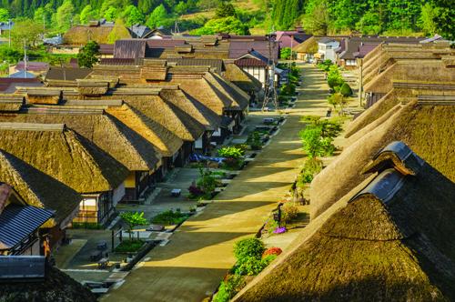Thị trấn cổ Ouchijuku: nơi vẫn còn lưu giữ được khu phố thời Edo (1603-1868). Khu phố gồm nhiều căn nhà lợp mái tranh nằm dọc 2 bên đường, hiện được chỉ định là khu vực bảo tồn kiến trúc truyền thống quan trọng của quốc gia.