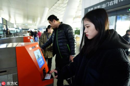 Hành khách dùng hệ thống nhận diện khuôn mặt và thẻ căn cước để check-in tại nhà ga ở Hàng Châu, Chiết Giang, Trung Quốc vào 16/1. Ảnh:IC.