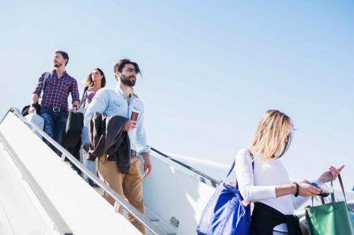 Các chuyên gia trong ngành hàng không cũng khuyên du khách nên bình tĩnh rời máy bay, không nên chen lấn xô đẩy vì xuống máy bay sớm vài phút cũng không giải quyết được vấn đề gì. Ảnh: Travel&Leisure.