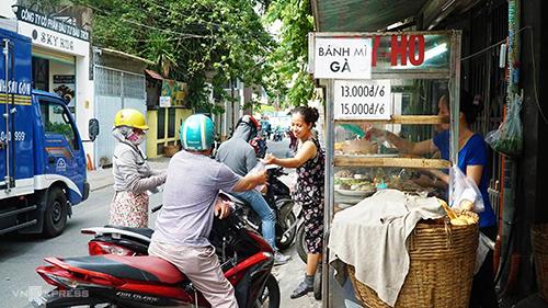 Bánh mì Bảy HổXe bánh mì bình dân thương hiệu ba đời của gia đình cụ Bảy Hổ đã tồn tại gần 80 năm trong con đường nhỏ Huỳnh Khương Ninh (quận 1). Từ trước tới giờ ở đây chỉ bán bánh mì Sài Gòn đặc trưng: ổ bánh mì đặc ruột giòn rụm có nhân thịt, chả, pate, đồ chua, rau thơm, ớt tươi. Các nguyên liệu chủ yếu đều do chủ hàng chế biến với công thức riêng của gia đình, vẫn thu hút thực khách bởi hương vị truyền thống gần một thế kỷ.Bánh mì Bảy Hổ bán hàng từ sáng sớm đến gần trưa và tiếp tục mở cửa buổi chiều từ 13h đến 17h. Giá mỗi ổ đầy đủ khoảng 12.000 - 15.000 đồng.