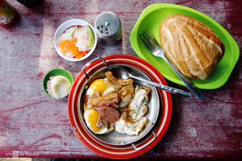 Bánh mì chảo Hòa MãĐược biết đến là một trong những nơi bán bánh mì thịt đầu tiên ở Sài Gòn, tiệm Hòa Mã ở góc đường Cao Thắng (quận 3) vẫn giữ gần như trọn vị hơn nửa thế kỷ nay. Tiệm còn được biết đến với cái tên bánh mì chảo Hòa Mã bởi phần nhân thịt được phục vụ trong một chiếc chảo nhỏ. Một phần thập cẩm bao gồm trứng gà, thịt nguội, xúc xích, chả cá, chả lụa được chiên cháy cạnh nóng hổi, dùng kèm ổ bánh mì và đồ chua để riêng.Bánh mì Hòa Mã là một trong những địa điểm ăn sáng quen thuộc của người Sài Gòn, mở cửa từ 6h đến 11h hàng ngày. Giá mỗi chảo thập cẩm có giá 50.000 - 60.000 đồng.