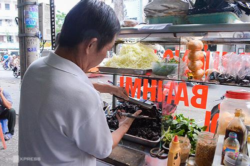 Bánh mì khô bò Đa KaoXuất hiện năm 1999 trên đường Nguyễn Huy Tự (quận 1) ngay sau lưng chợ Đa Kao, đây là một trong những xe bánh mì bán kẹp khô bò đầu tiên ở Sài Gòn. Hàng thu hút thực khách bởi vị khô bò do chính chủ chế biến theo công thức gia đình. Mỗi chiếc bánh mì gồm khô bò xắt miếng kẹp cùng rau răm, húng quế, chút đậu phộng và không thể thiếu nước khô, tương ớt.Khác với những hàng bánh mì ăn sáng, xe bánh mì khô bò chỉ mở cửa từ 15h đến khoảng 22h và không bán ngày chủ nhật. Mỗi một ổ bánh mì khô bò có giá 12.000 đồng.