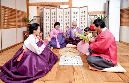 Hàn Quốc: Tắm trước đêm giao thừaTrước đêm giao thừa, người Hàn Quốc thường có tục tắm bằng nước nóng để tẩy trần. Sau khi tắm rửa sạch sẽ, họ sẽ mặc hanbok và thực hiện các nghi lễ khác như đốt các thanh tre để xua đuổi tà ma. Người Nhật quan niệm tiếng nổ của các thanh tre sẽ làm cho ma quỷ khiếp sợ bỏ chạy. Đặc biệt, vào giao thừa, các thành viên trong gia đình đều phải thức, vì theo truyền thuyết nếu ngủ thì sáng hôm sau đầu tóc và lông mi sẽ bị bạc trắng và kém minh mẫn. Ảnh: Korea.