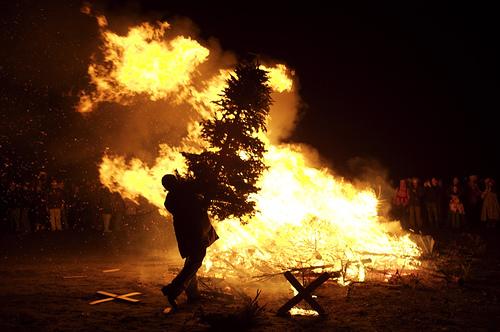 Hà Lan: đốt cây thông noelĐể chào đón năm mới với nhiều nguyện ước, người dân Hà Lan thường đốt cây thông Noel trên đường để làm tín hiệu và đốt pháo hoa. Ảnh: laughingsquid.com