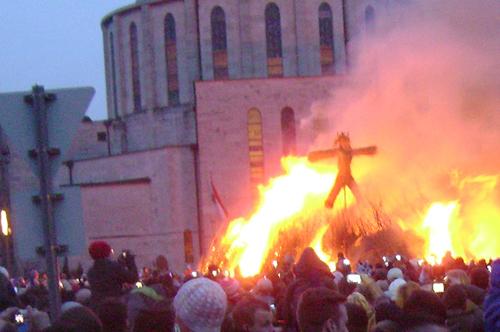 Hungary: đốt hình nộmHình nộm ở Hungary được người dân gọi là vật tế thần mang tên Jack Straw. Đến giao thừa người dân chào đón năm mới bằng cách đốt hình nộm này như đốt hết những điều xấu xa và xui xẻo của năm cũ, chào đón may mắn đến trong năm mới. Ảnh: Expat.