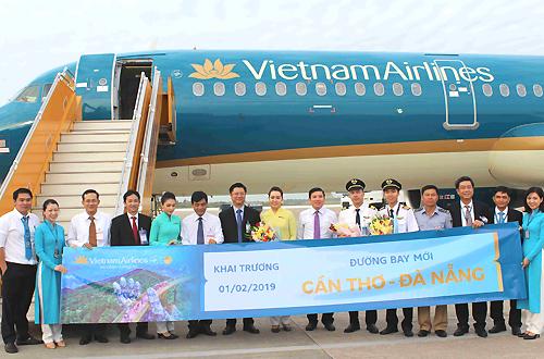 Lãnh đạo Cần Thơ và Vietnam Airlines chụp ảnh cùng thành viên tổ bay. Ảnh: Anh Duy.