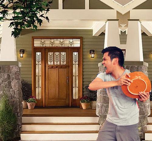 Thời điểm mọi người ném bát đĩa vào trước cửa nhà nhau là sau giao thừa. Ảnh: Scoopvibe.