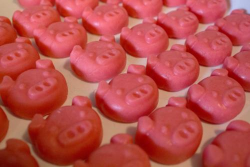 Bánh lợn hạnh nhau là một trong những món quà người dân châu Âu thường mua tặng nhau. Ảnh: Bubble Bath Reader.