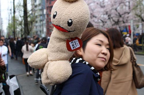 Người dân Nhật Bản đều háo hức tham gia lễ hội rước dương vật Kanamara Festival. Ảnh: Turningjapenisse.