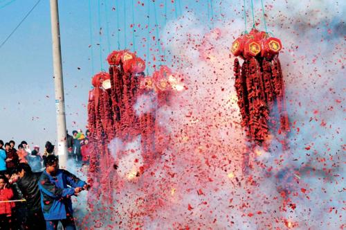 Chính phủ muốnhạn chế ô nhiễm môi trường nên banlệnh cấm bắn pháo hoa ở 444 thành phố từ năm 2017. Ảnh:China Today.