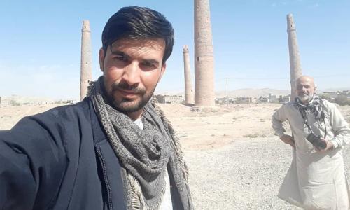 Hafizullah (ảnh trái) cho biết người dân nước mình cũng rất mệt mỏi với tình trạng chiến tranh, và rất mong muốn cuộc sống hòa bình. Ảnh: New York Post.