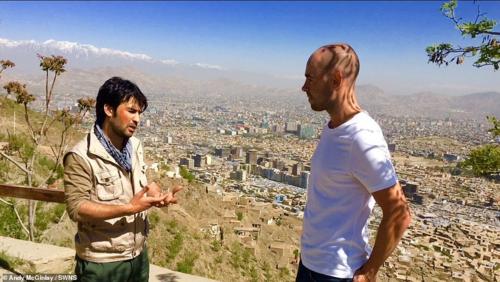 Andy McGinlay (ảnh phải), du khách Anh, cho biết rất an tâm khi đi cùng Hafizullah. Ảnh: SWNS.