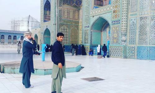 Anh dẫn du khách Đức, Andreas (bên trái) tới Blue Mosque, nhà thờ hồi giáo rất nổi tiếng và quan trọng với người dân ở Afghanistan. Ảnh: SWNS.
