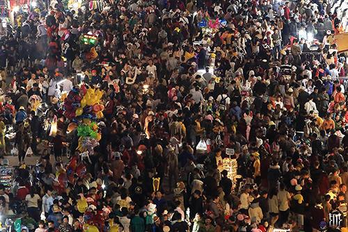 Khách ken đặc ở chợ Đà Lạt. Ảnh: Trương Ngọc Thuỵ.