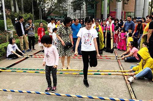 Thiếu nhi tham gia trò chơi dân gian tại Bảo tàng Dân tộc học Việt Nam, Hà Nội. Ảnh: Vy An.