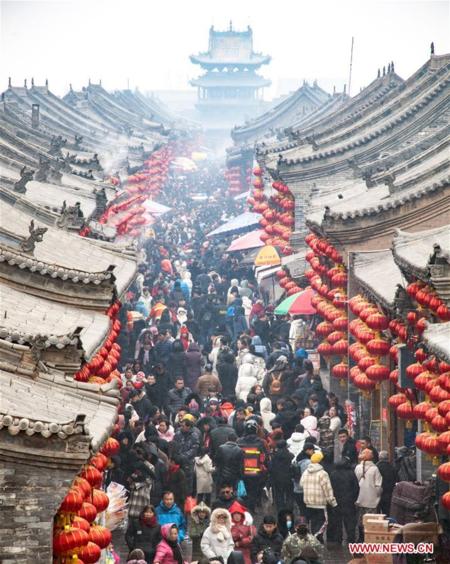 Người Trung Quốc tham quan huyện Bình Dao, một điểm thu hút khách du lịch ở phía bắc tỉnh Sơn Tây vào 10/2 -  ngày cuối cùng của kỳ nghỉ Tết. Ảnh:Xinhua.