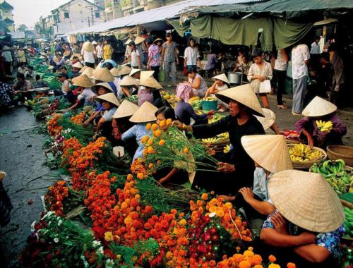 Cách đầy gần 20 năm, người dân ngồi bán hoa dọc bên đường. Ảnh: Michael Yamashita.