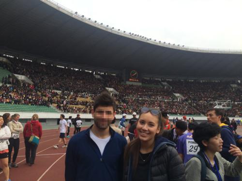 Hai du khách Anh tham gia cuộc thi Marathon ở Bình Nhưỡng. Ảnh: Nyima Pratten.