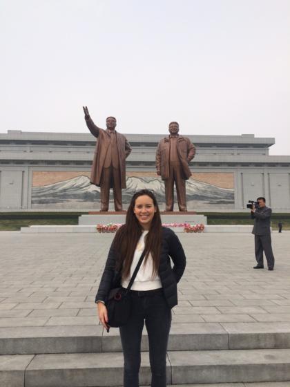 Nyima Pratten chụp ảnh lưu niệm trước tượng của cố lãnh đạo Triều Tiên. Ảnh:NyimaPratten.