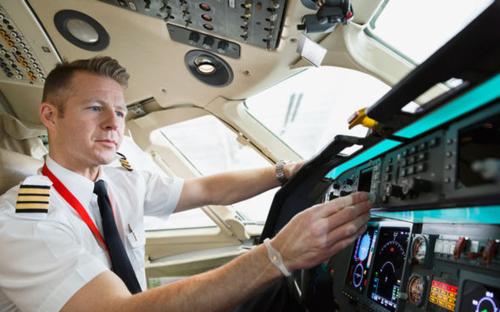 Điều tốt nhất hành khách nên làm khi lên máy bay là tuân thủ mọi yêu cầu của phi hành đoàn. Ảnh: Express.