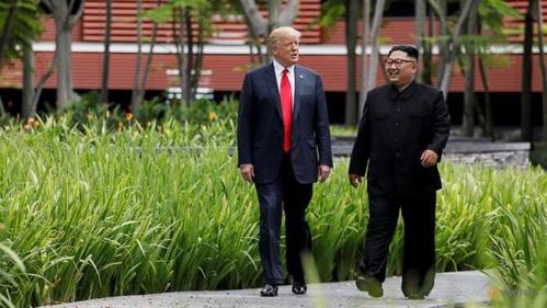 Trump - Kim đi dạo trong khu nghỉ dưỡng 5 sao Capella ngày 12/6. Ảnh: