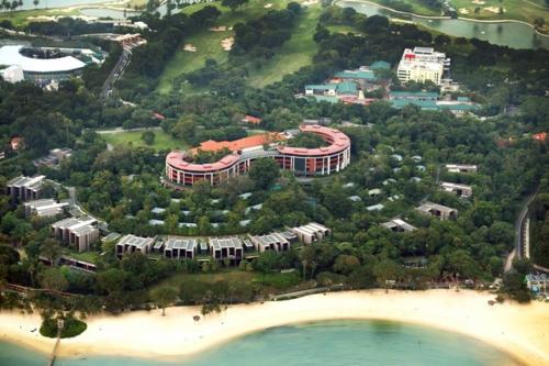 Bao quanh khách sạn là khu đất rộng hơn 12 ha và những khu vườn tươi tốt. Ảnh:Capella Hotels.