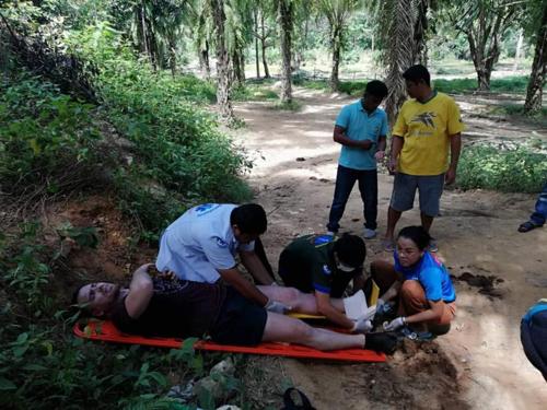 Anh Manuel được sơ cứu tại hiện trường. Hai xe cứu thương đã có mặt tại khu du lịch để đưa các du khách tới bệnh viện. Ảnh: Beekhung Pasoknikorn Ratsadorn Phangnga/Facebook.