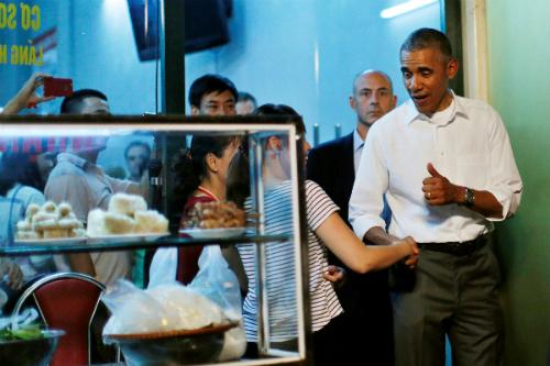 Trước khi rời khỏi quán bún chả, tổng thống Mỹ không quên bắt tay chủ quán và giơ ngón cái tỏ sự thích thú. Ảnh: Reuters.