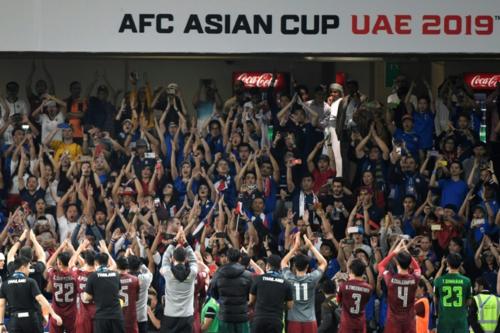 Một số người hâm mộ tại Asian Cup 2019dù không biết nguồn gốc của màn vỗ tay sấm rền cũng tham gia hết mình. Ảnh:AFP.