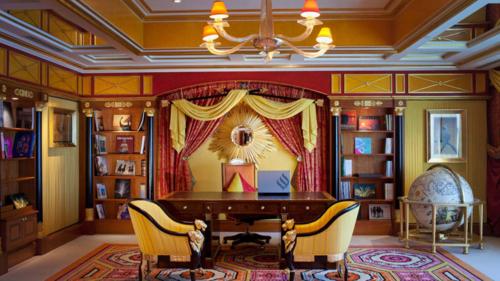 Phòng Hoàng gia trong khách sạn Burj Al Arab, Dubai còn phục vụ du khách Ipad mạ vàng 24 carat. Giá phòng ở đây là 24.000 USD một đêm. Ảnh: CNN.