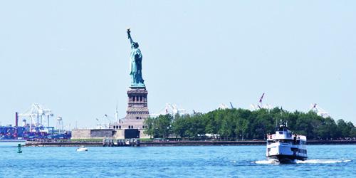 Tàu tư nhân không được phép hoạt động và đi ra đảo. Du khách phải mua vé phà. Ảnh: Newyorkwelcome.