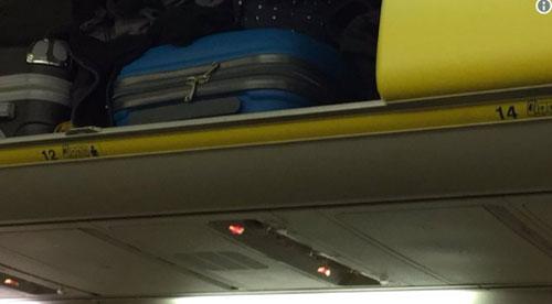 Một hành khách phát hiện ra không có hàng 13 trên máy bay của hãng Ryanair. Ảnh: Twitter.